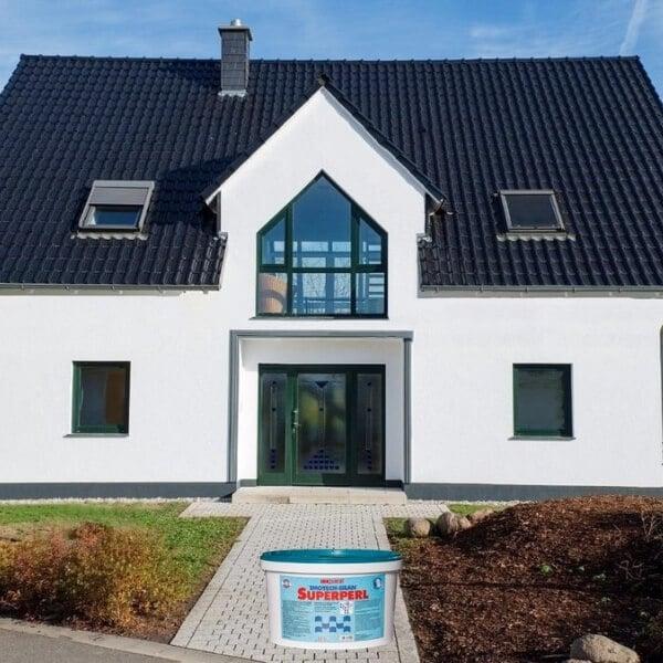 Balti perlo efekto dažai namo fasadui